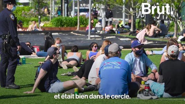 Des personnes dans des cercles tracés sur l'herbe d'un parc de New York. C'est le photographe Noam Galai qui a été témoin de cette scène encore inimaginable il y a quelques semaines. Il raconte.