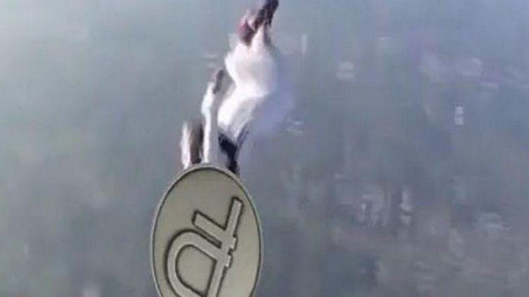 Le rouble plongeant en chute libre va se crasher sur le Kremlin... Capture d'écran d'une vidéo Vine tweetée par la radio Echo de Moscou. (Vine / Twitter / Ekho Moskvy)