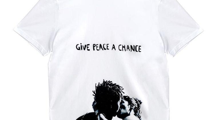 """La maison Paul & Joe apporte son soutien à la lutte contre le racisme avec ce T-shirt portant le message """"Give peace a chance"""" faisant référence à la chanson de John Lenon pour un message de paix et de tolérance.50% des bénéfices de ce T-shirt sont reversés à l'association Black Lives Matter (Paul & Jo)"""