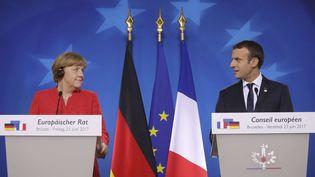 Angela Merkel et Emmanuel Macron devant la presse à Bruxelles, le 23 juin 2017. (OLIVIER MATTHYS / AP / SIPA)