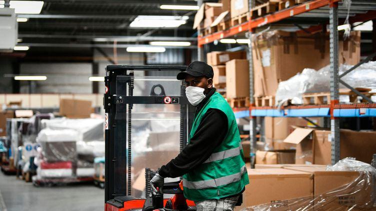 Un salarié reprend le travail dans son entreprise de chaises de bureau après le confinement. (PIERRE DESTRADE / MAXPPP)
