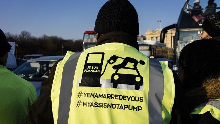 """Ce Français détourne le célèbre slogan """"Je suis Charlie"""" en """"Je suis Français"""", avec une image dénonçant la hausses des taxes sur le carburant. (DENIS MEYER / HANS LUCAS / AFP)"""