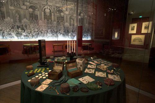 Table de jeux XVIIe siècle, château de Versailles, vue de l'exposition Fêtes et divertissements à la cour  (Château de Versailles, Didier Saulnier)