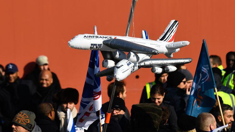 Des employés d'Air France manifestent le 22 février 2018 à Paris (Ile-de-France). (JULIEN MATTIA / NURPHOTO / AFP)