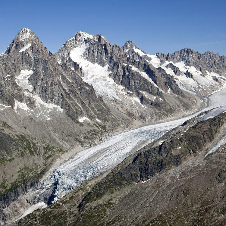 Une vue aériennedu glacier d'Argentière,en Haute-Savoie, le 24 avril 2017. (PHILIPPE ROY / AFP)