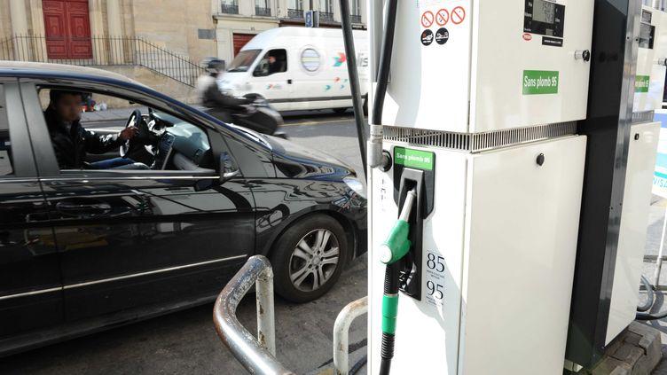 Une pompe de super sans plomb 95, le 14 mars 2012 à Paris. (DURAND FLORENCE / SIPA)