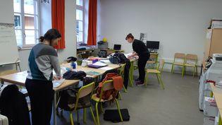 Seuls une dizaine de professeurs étaient présents à l'école Cour de Lorraine à Mulhouse, pour préparer les kits de travail à domicile. (JÉRÔME JADOT / RADIO FRANCE)