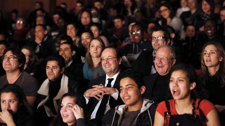 François Hollande assiste à un match d'improvisation théâtre aux côtés de Jamel Debbouze à Trappes (Yvelines), le 7 février 2014. (THOMAS RAFFOUX / AFP)