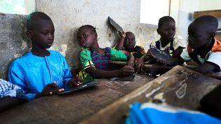 Au Mali, face à la crise, le gouvernement et les organisations internationales ont redoublé d'imagination : des cours à la radio, une formation d'enseignants sur tablettes, un accent mis sur le psychosocial pour répondre aux traumatismes des enfants, des centres d'apprentissage montés de toutes pièces dans des camps ou villages... (MICHELE CATTANI / AFP)