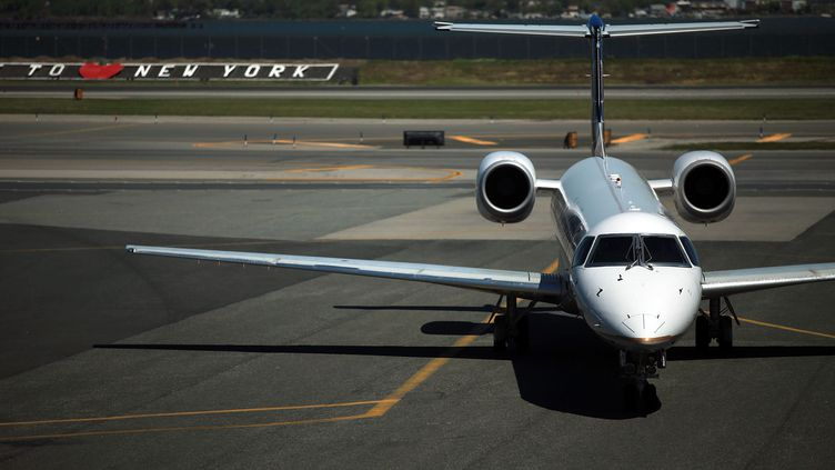 Un avion sur le tarmac de l'aéroport de LaGuardia à New York. (SPENCER PLATT/GETTY IMAGES NORTH AMERICA/AFP)
