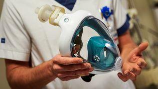 """Un masque de plongée """"EasyBreath"""", produit par Decathlon, est adapté pour être branché sur un respirateur, le 27 mars 2020, à l'hôpital Erasme de Bruxelles (Belgique). (KENZO TRIBOUILLARD / AFP)"""