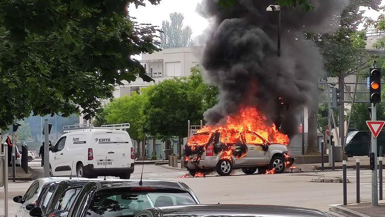 Une voiture incendiée lors des affrontements qui ont éclatés à Dijon (Côte-d'Or), le 15 juin 2020. (VINCENT LINDENEHER / MAXPPP)