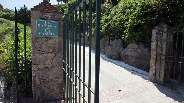 L'entrée de La Mandala, villa située à Saint-Tropez (Var) achetée par Bernard Tapie pour 48 millions d'euros. Elle fait partie des biens saisis par la justice, mercredi 10 juillet 2013. (JEAN CHRISTOPHE MAGNENET / AFP)