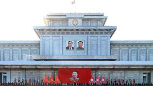 Le régime de Corée du Nord célébré à Pyongyangà l'occasion du 3e anniversaire de la mort Kim Jong-Il, père de l'actuel dictateur, Kim Jong-Un, le 17 décembre 2014.  (KNS / KCNA / AFP)