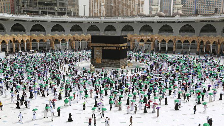 Des pèlerins musulmans réunis autour de la Kaaba à La Mecque lors du Hadj, le grand pèlerinage annuel dans la ville sainte, le 22 juillet 2021. (AFP)