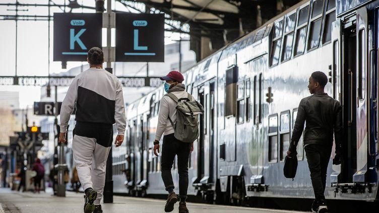 Des passagers à la gare de Lyon, à Paris, jeudi 19 mars 2020. (MAXPPP)
