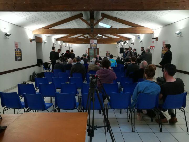 Plus de journalistes que de curieux sont venus voir et écouterJacques Cheminade, dans la salle Pierre-Coignard, à Villefontaine (Isère), le 11 avril 2017. (HUGO CAILLOUX / FRANCEINFO)