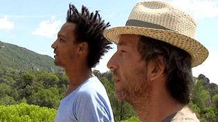 Arthur H et David Walters en pleine contemplation devant le cique de Mourèze quelques jours avant le concert  (France 3 / Culturebox)