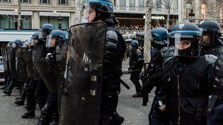 """Des policiers sur les Champs-Elysées à Paris, le 29 décembre 2018, lors d'une mobilisation des """"gilets jaunes"""". (KARINE PIERRE / HANS LUCAS / AFP)"""