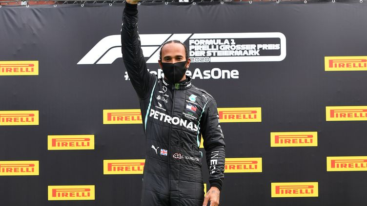 Lewis Hamilton lève le poing en soutien à BLM après avoir remporté le Grand Prix de Styrie (JOE KLAMAR / AFP)