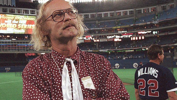 L'écrivain WP Kinsella sur un terrain de baseball à Toronto (23 octobre 1992)  (Rusty Kennedy / AP / SIPA)