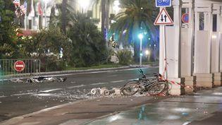 Des bris de glace et des vélos renversés à un endroit où le camion a foncé dans la foule à Nice (Alpes-Maritimes), le 14 juillet 2016. (NICE MATIN / MAXPPP)