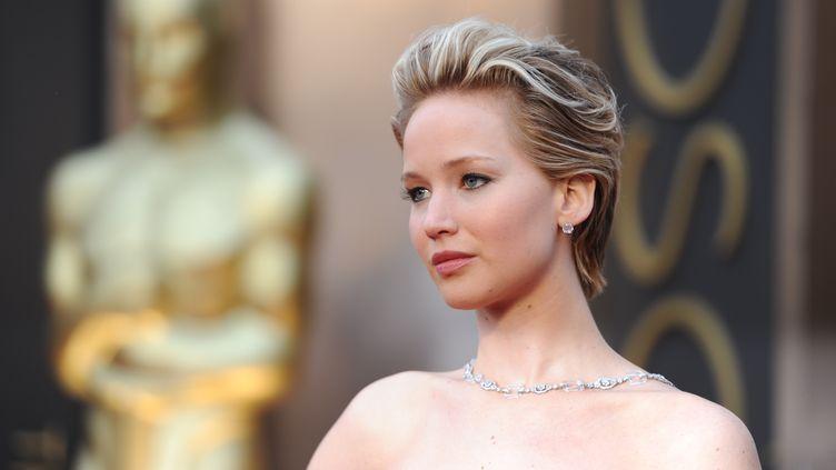 L'actrice Jennifer Lawrence arrive à la cérémonie des Oscars, le 2 mars 2014 à Hollywood (Californie, Etats-Unis). (ROBYN BECK / AFP)