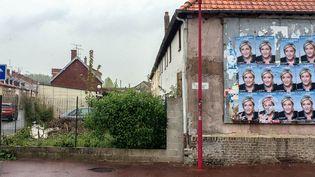 Des affiches de Marine Le Pen dans une rue de Flixecourt (Somme). (SOPHIE BRUNN/FRANCEINFO)
