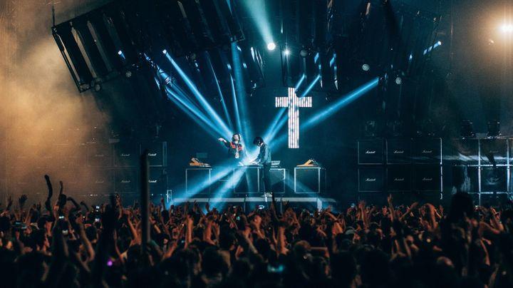 Justice sur scène en 2018 avec sa fameuse croix au second plan.  (Alex Crane)