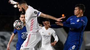 Karim Benzema au duel avec le Bréslien Thiago Silva lors de la demi-finale aller de Ligue des champions entre le Real Madrid et Chelsea le 27 avril 2021. (PIERRE-PHILIPPE MARCOU / AFP)