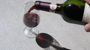 Même un verre de vin peut être dangereux pour la santé, selon une étude de la revue médicale The Lancet. (JEAN-FRAN?OIS FREY / MAXPPP)