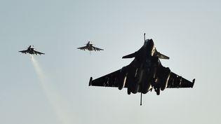 """Des Rafale de l'armée française de retour sur le Charles-de-Gaulle après une mission dans le cadre de l'opération """"Chammal"""", le 23 novembre 2015. (ANNE-CHRISTINE POUJOULAT / AFP)"""
