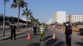 Contrôle de police dans la banlieue de Casablanca, le 25 mars 2020. Après un déconfinement très problématique face à l'accroissement des cas de Covid, les autoritées ont décidé de reconfiner Casablanca, capitale économique du Maroc. (YOUSSEF BOUDLAL / X02771)