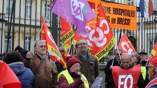 Des professionnels de la santé manifestent, mardi 7 mars 2017 devant la préfecture de l'Ain à Bourg-en-Bresse, pour dénoncerla dégradation de leurs conditions de travail. (MAXPPP)