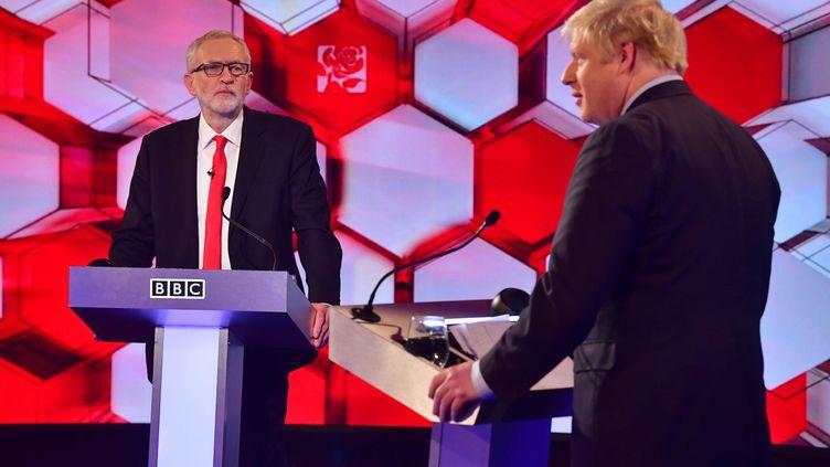 Jeremy Corbyn etBoris Johnson lors du débat surla BBC, vendredi 6 décembre. (JEFF OVERS / AFP)