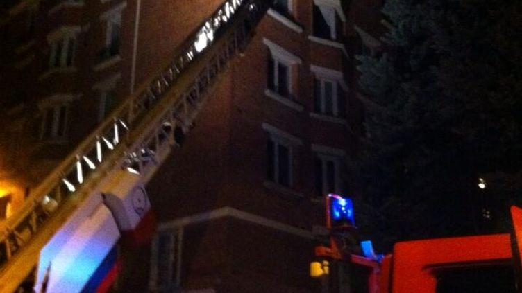 Le feu s'est déclaré dans un immeuble de la rue du Général-Humbert, dans le 14e arrondissement de Paris, le 10 novembre 2013. (HUGO CLEMENT / FRANCE 2)