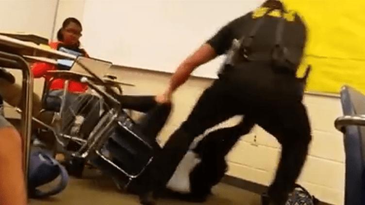 (Un policier interpelle violement une adolescente dans sa salle de classe © Capture d'écran)