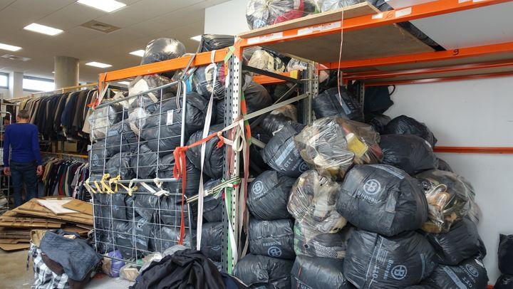 Les sacs de vêtements avant le tri dans l'atelier parisien Bis boutique Solidaire  (Corinne Jeammet)