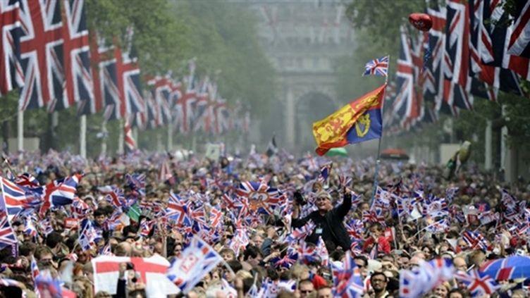 La foule en liesse avance vers Buckingham Palace, le 29 avril 2011. (AFP/PIERRE-PHILIPPE MARCOU)