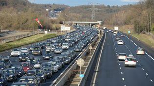 Des voitures sont coincées dans les embouteillages sur l'autoroute A43 à Saint-Quentin-Fallavier (Isère), le 14 février 2015. (MOURAD ALLILI / CITIZENSIDE.COM / AFP)