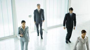 Des femmes et des hommes entrent dans une société. Photo d'illustration. (SIGRID OLSSON / MAXPPP)