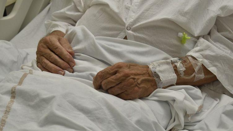 Un patient hospitalisé pour une embolie pulmonaire à la suite d'une complication liée au Covid-19, à Toulon (Var), le 17 décembre 2020. (MAGALI COHEN / HANS LUCAS / AFP)