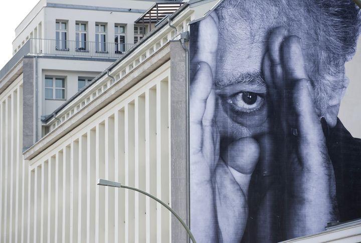 Une photo affichée sur un mur de Berlin par le Français JR, le 21 avril 2013. (JOHN MACDOUGALL / AFP)