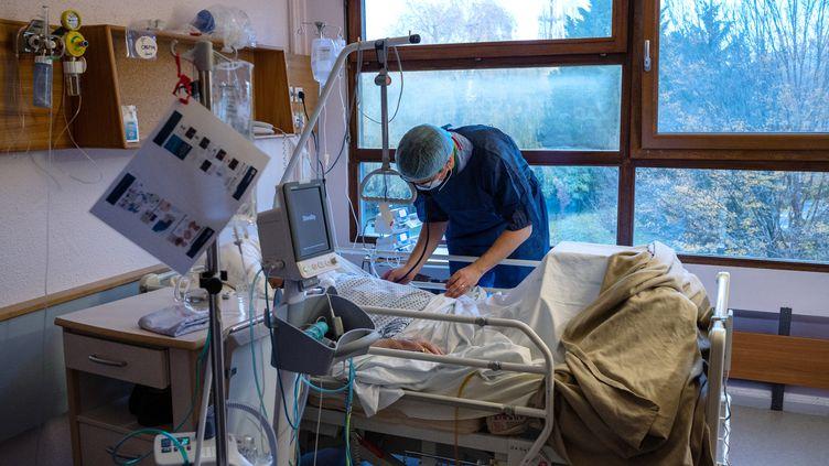Un medecin examine un patient infecté par le Covid-19 à l'hôpital Emile-Muller de Mulhouse (Haut-Rhin), le 17 novembre 2020 (photo d'illustration). (PATRICK HERTZOG / AFP)