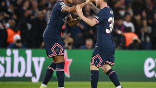 Kylian Mbappé et Lionel Messi, auteurs d'un superbe match face à Leipzig, en ligue des champions, mardi 19 octobre. (FRANCK FIFE / AFP)