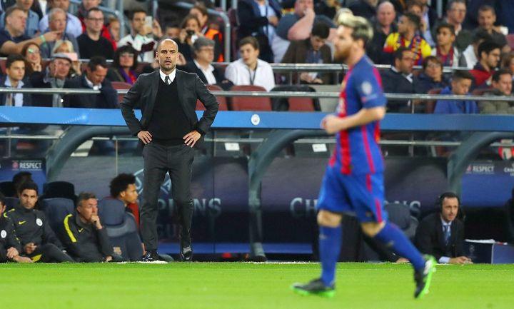 Au second plan, Pep Guardiola assiste à une démonstration de Messi face à son équipe de Manchester City, le 19 octobre 2016. (KIERAN MCMANUS / BACKPAGE IMAGES LTD)