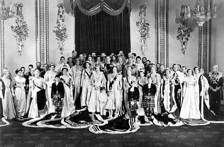 (La reine entourée de sa famille lors du couronnement, en 1953. © Maxppp)