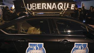 Une manifestation des chauffeurs de VTC travaillant pour la plateforme Uber, le 15 décembre 2016. (LIONEL BONAVENTURE / AFP)