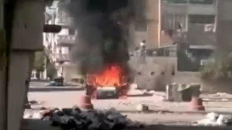 Une voiture en feu dans les rue de Homs, haut lieu de la contestation contre le régime en Syrie, le 23 novembre 2011. (FTVi / APTN)