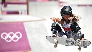 La jeune skateuse britannique de 13 ans, Sky Brown, à l'occasion de l'épreuve du park des Jeux de Tokyo, mercredi 4 août. (LOIC VENANCE / AFP)